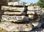 Surové bloky až 3 tunové onyx-aragonitu v povrchovém lomu v Pákistánu. Z tohoto kamene se vyrábí vázičky,figurky a vše co máme v sekci onyx-aragonitové výrobky.
